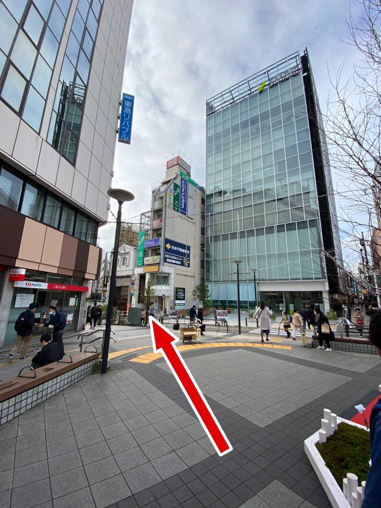 自由が丘駅の正面口を出て 斜め左手に三井住友銀行自由が丘視点が入ったビルがあります。 そのビルの前を通過してください。